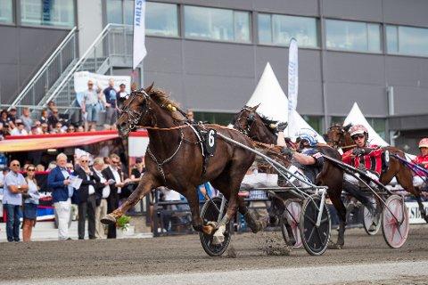 FØRST OVER STREKEN: Tip Estrel og Pål Buer vinner Yarrah Bokos løp. Foto: Eirik Stenhaug/Equus.
