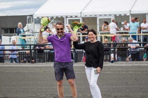 GLADE EIERE: Håkon Tornes og Anne Marit Bruvik kunne søndag juble for nok en seier på Jarlsberg. Hingsten Tip Estrel seiret i Yarrah Bokos løp. Foto: Eirik Stenhaug/Equus.