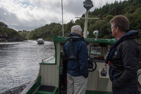 TRANGT: Det er ikke mange meter for feilmargin i den trange passasjen. Den dårlige sikten rundt svingen gjør det også vanskelig å unngå å møte andre båter der.