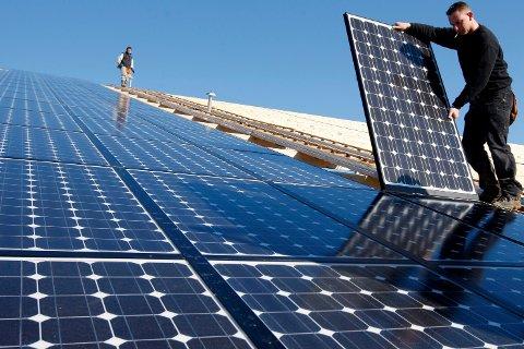 INVESTERINGSSTØTTE: Miljøpartiet De Grønne (MDG) ønsker åbetale for solceller på folks tak.