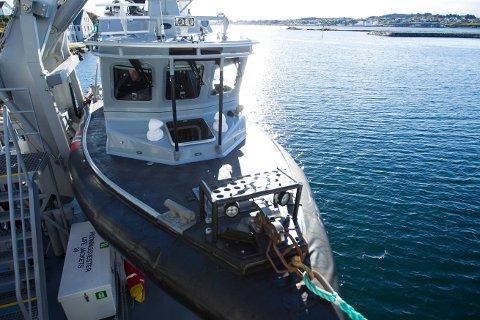 TIL KAI: Kystvaktskipet Tor lå til kai utenfor politistasjonen i Haugesund da mannskapet observerte to kompiser i en snekke. Foto: Terje Størksen
