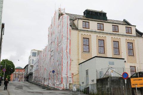 """NYE """"GAMLE"""" VINDUER: I samråd med byantikvaren har Gamle Slaktehuset nå fått tilbake de opprinnelige vinduene."""