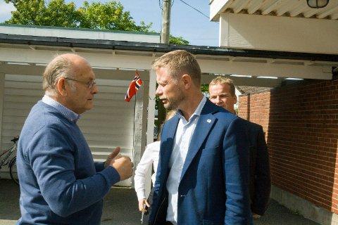 ØNSKET VELKOMMEN: Daglig leder ved Karmsund ABR Senter ønsket helseminister Bent Høie velkommen til skolen på Torvastad.