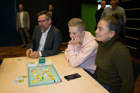 ENGASJERT: Ordfører i Karmøy, Jarle Nilsen, spilte med elever fra Stangeland ungdomsskole: Mathias Brekke og Natalie Velde.