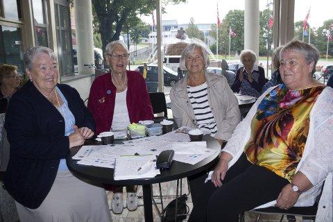 FRIVILLIGE:  Klara Bråtveit (til v.) delte ut pris fredag til frivillige. Her er tre av dem;  Berit Lillesund, Else Bjerkvik og Kari Vågen.