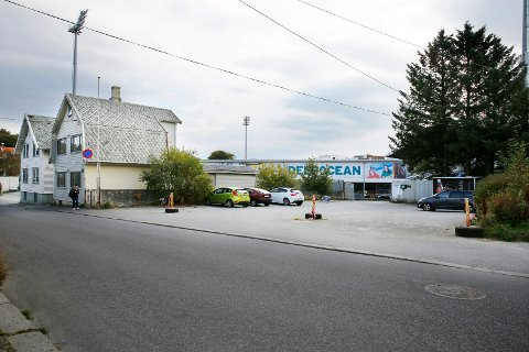 SLIK SER DET UT (I DAG): Disse husene i Djupaskarvegen skal rives for å gi plass til det som kan bli en ny svømmehall.