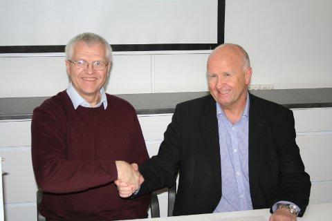 SAMARBEIDSAVTALE: Jan Steffensen, prosjektleder og  Olav Linga, konsernsjef i Haugaland kraft signerte samarbeidsavtalen torsdag formiddag.