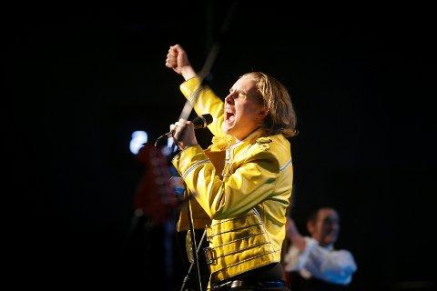 HYLLER QUEEN: Ole André Westerheim er solist når Kor Camena hyller Queen i Festiviteten i kveld fredag.