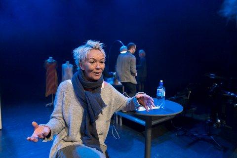 ALLTID NERVØS: - Før en forestilling er jeg alltid nervøs. Vet jo ikke om jeg lykkes hver gang, sier Anne Marith Sandhåland på scenen i Festiviteten. Showet hennes har vært utsolgt lenge.