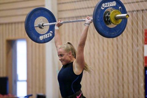 VISER STYRKE: Cathrine Horneland løftet hele 71 kg i støt på et kvalifiseringsstevne i forrige måned. Nå skal hun delta i junior-NM sammen med ti andre klassevenninner fra HTG.