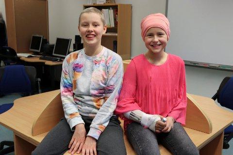 GODE VENNINNER: Elisabeth Møinichen Kvinnsland (t.v.) og Sofie Eek Berning måtte begge slutte på skolen og med fritidsaktiviteter da de fikk kreft i fjor sommer. Vennskapet deres oppstod da de møttes på sykehuset. – Det hadde vært kjedelig uten Elisabeth her, sier Sofie.