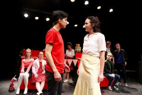 """MUSIKAL: Musikk, dans og drama på Skeisvang vgs setter opp musikalen """"Grease"""". Espen Fernando Aarvik spiller Danny  Zuko. Sandy Dumbrowski spilles av Sølvi Marie Berge."""