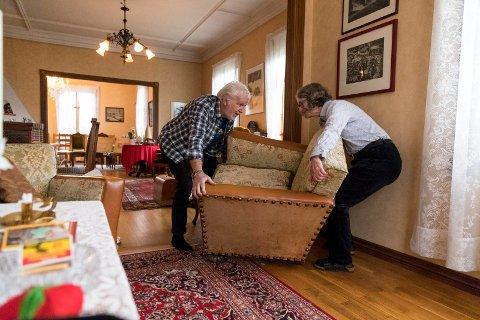 Salongen har en gang tilhørt Wrangell-familien, og er for stor til å være med på flyttelasset til Bjørn og Lisabeth Toft.