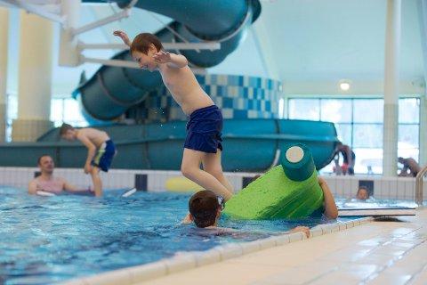 80.000 I ÅRET: Tysværtunet badeanlegg blir besøkt av over 80.000 årlig, inkludert skoler, lag og foreninger. Her fra fjorårets beachparty hvor Elias Lutro (10)  hopper i det.