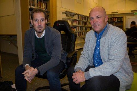 """KARMØY-BESØK:  Forfatter og journalist og mannen bak TV-serien, Bjørn Olav Jahr (til v.) og Per Asle Rustad som har skrevet boken """"Mysteriet Birigttte Tengs"""" på bibliotekjet i Kopervik."""