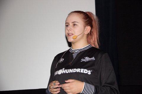 HJELPER OFRE: Mia Landsem hjalp Nora Mørch da nakenbilder av håndballspilleren ble spredt. Hun tar et oppgjør med dem som sender nakenbilder videre. Her under fordrag på Edda under Kulturnatt.