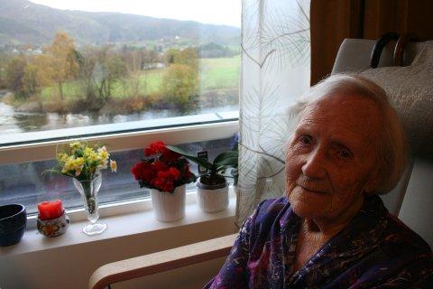 OPNA SENTERET: 105 år gamle Borghild Aarvik klyppte snora og opna det nye omsorgssenteret. Så flytta ho inn i sitt nye, romslege rom med utsyn til Etneelva og Hodlestadnuten. Diverre er skarpsynet borte - berre sidesyn tilbake - men hovudet er klårt.