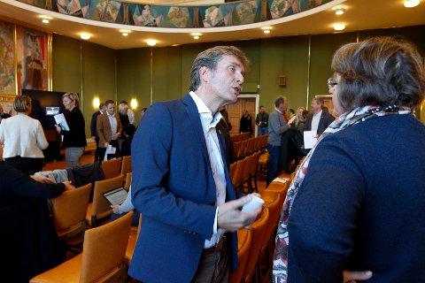 Rådmannen Ole Bernt Thorbjørnsen la i dag fram sitt forslag til pengebruk de neste fire årene. Her i samtale med Mary Anne Vestre, rektor ved Haraldsvang skole. Sistnevnte var sjokkert da hun fikk beskjeden om at byggestart på Haraldsvang  skyves til 2021.