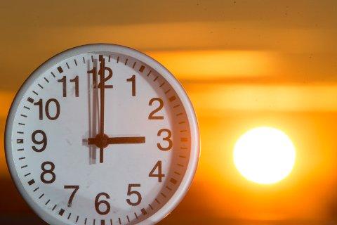 Klokken skal stilles tilbake én time natt til søndag.
