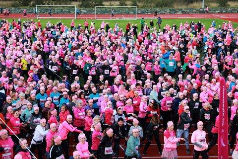 FARGET VANGEN ROSA: 1.700 deltakere og felles oppvarming på friidrettsstadion i Haraldsvang.