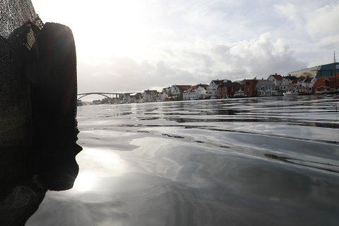 Rolige vindforhold og små solgløtt ved Smedasundet mandag formiddag.