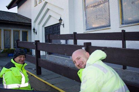 JOBBER: Zilvinas Dylys og Ruslanas Fomkinas fra Litauen holder på med betong- og malerarbeid på Norheim kirke nå.
