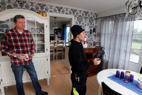 OPPGRADERER: Pål Meling (55) og familien har hatt problemer med dårlig Internett i lang tid. Tekniker hos Get Haugesund Torbjørn Lie er dermed på hjemmebesøk for å få nettverket til å fungere etter dagens krav.