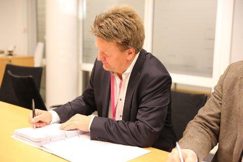SIGNERT: Konsernsjef i Aibel Mads Andersen signerer kontrakten.
