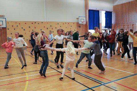 "SNART PREMIERE: Små og store i Haugesund barne- og ungdomsteater øver inn musikalen ""Putti Plutti Pott"" som har premiere 23. november."