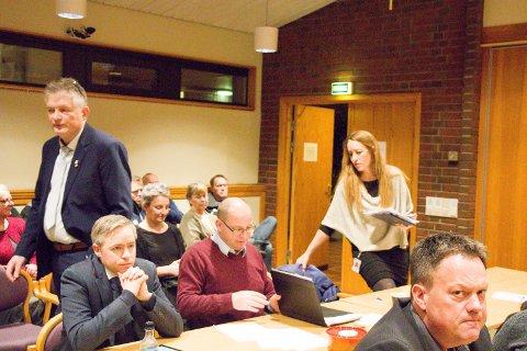 Tor Kristian Gaard (H), stående til venstre, lover at Høyre skriver om elbilladere i programmet. Marianne Sol Levinsen (SV) til høyre vil også se på saken. ARKIVFOTO: Hans Inge Ringodd