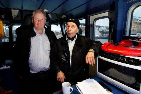 """VAR MED OG BERGET LIV: Maskinsjef Bjørn Hesvik (t.h) var om bord i MS """"Røværfjord"""" onsdag da rutebåten fikk Mayday-signal fra fiskebåten """"Astrid Sofie"""" som sto i full fyr nord for Røvær. Dagen derpå forteller han og medeier i Røværfjord AS, Jan Svendsen, om dramaet som utspilte seg i havgapet. Alle de seks om bord i fiskebåten ble reddet."""