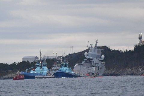Slepebåtene Ajax og Velox fra Østensjø-rederiet er med å slepe fregatten.
