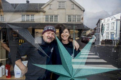 ÅPNER: Ølbrygger Bjørn Dybdahl og kona Hege Gabrielsen har åpnet butikk i Strandgata.                                 FOTO: GRETHE NYGAARD
