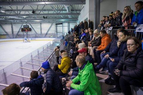HOCKEYFEBER: Det var tilnærmet fullsatt lørdag på tribunen i Haugesund ishall. Ca. 200 tilskuere så toppkampen mellom Seagulls og Lørenskog, ifølge daglig leder Tore Tvederøy i hockeyklubben.
