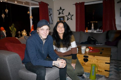 Beathe Karin Skjørestad (53) og sønnen Peter Birkeland (23) hjemme på Torvastad.