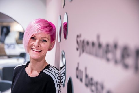 FORNØYD: Helt siden hun startet som lærling hadde Isabell Hult Eriksen en drøm om å åpne egen frisørsalong. To år etter oppstarten, har hun fire ansatte og fulle kundelister.