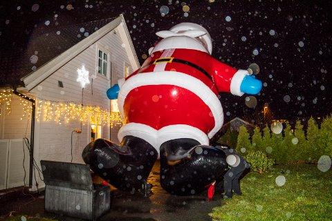 Stian Sørensen har en 7,5 meter høy julenisse i hagen i Skåredalen.