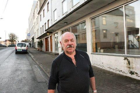 FLYTTET: Jan Arvid Lindtner har drevet rørleggerfirmaet Kr. Lindtner og Sivertsen i Kirkegata 134 i 31 år. De holder driften i gang en stund til, og har nå flyttet inn i nabobygningen.