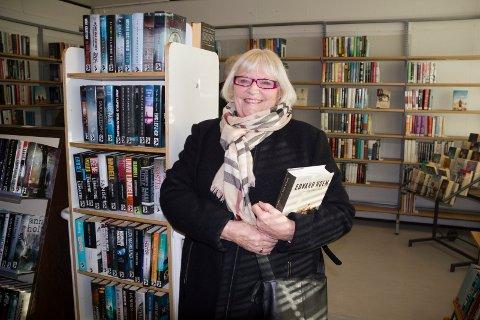STORLESER:  - Jeg måtte sikre meg noen bøker og lånte 50 da folkebibliotket stengte før jul, forteller Anne Utne Pettersen. Her er hun i de midlertidlige lokalene på Flotmyr.