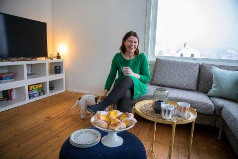 RAUS: Yvonne Sandgren har god plass i sofaen og bruker gjerne puffen som bord. Snart kommer det tapet bak TV-en...