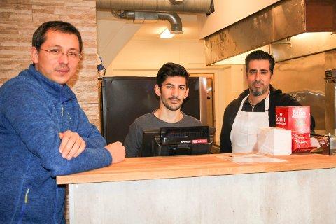 KJØKKEN I HARALDSGATA: Jasmin kebab ved Ömer Sariaslan (t.v.), Yusuf Göktas og Issa Dawi.