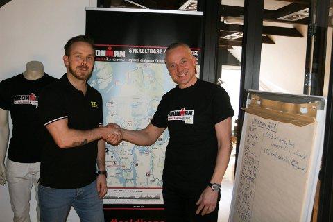 FORNØYDE: Tom- André Nøstvold, European marketing manager i XXL, og Ironman-sjef Ivar Jacobsen smiler fornøyd over inngått samarbeidsavtale for 2018. Foto: JOAKIM ELLINGSEN
