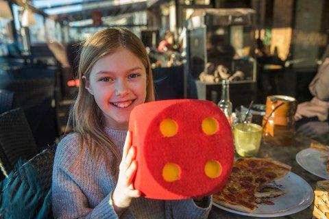 FLAKS MED MENYEN: Hanne Løkken Nedrebø skal spise ute hele uken. Pepperonipizzaen på Il Forno gir hun terningkast fire. Det er den hun liker best.
