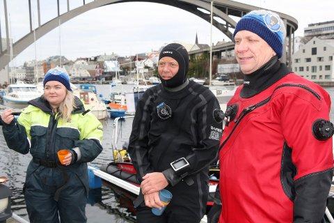 VIL TA NOEN ÅR: Slettaa dykkerklubb var lørdag ute på befaring i Smedasundet. Marte Brekke (f.v.), Geir Kallevik og Åge Wee.
