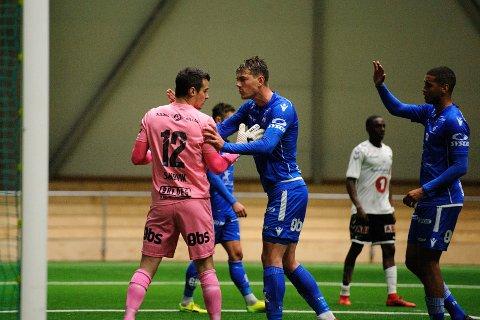 STOPPET ODD: FKH-keeper Helge Sandvik blir her gratulert av midtstopper Fredrik Pallesen Knudsen etter strafferedningen.