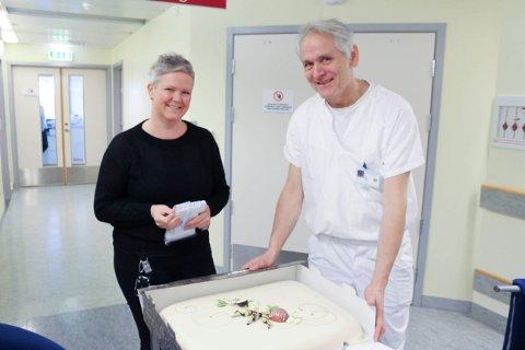 KAKE: Verneombud Evabeth R. Bruvoll hadde fikset kake til arbeiderne og til ansatte som har vært fleksible i byggeperioden. Til høyre seksjonsleder radiologi, Harald Nes.