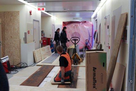 PÅ PLASS: Her er MR-maskinen endelig i hus. Siden gulvene på sykehuset ikke tåler den totale vekten på seks tonn, har det blitt bygd en stålsøyle under der den nye MR-maskinen skal stå, opplyser sykehuset.