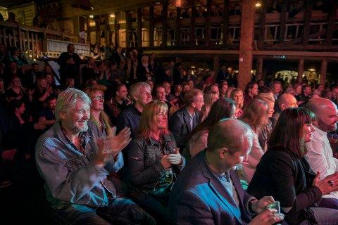LUN STEMNING: 300-400 var innom Høvleriet da deLillos spilte gode gamle sanger om igjen. En akustisk konsert med sittende publikummere og en god del stående.