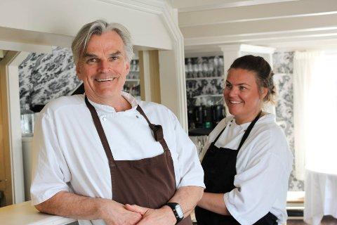 STENGER: Finn Lothe og datteren Lise Lothe stenger dørene på Lothe's mat og vinhus og Dattera til Lothe. De vil ikke at verken gjester eller ansatte skal bli smittet og blir med på den nasjonale dugnaden.