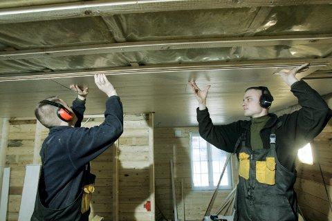 Oslo 20041207. Oppussing av et rom med ny isolasjon og legging av nye takplater . Foto: Terje Bendiksby / SCANPIX .